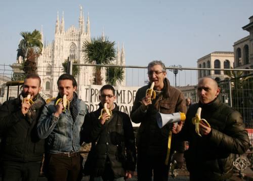 Piazza Duomo, la Lega distribuisce le banane 9
