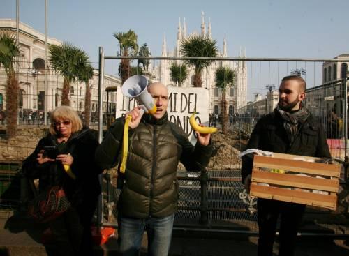 Piazza Duomo, la Lega distribuisce le banane 8