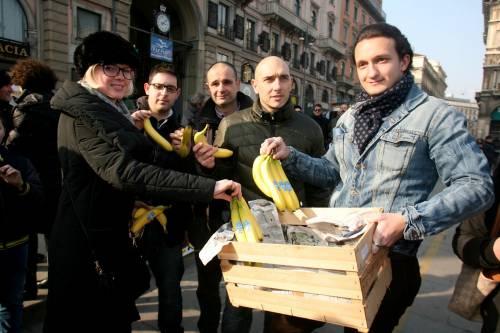 Piazza Duomo, la Lega distribuisce le banane 13