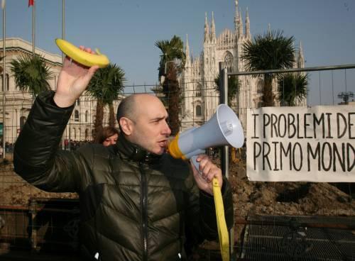 Piazza Duomo, la Lega distribuisce le banane 12