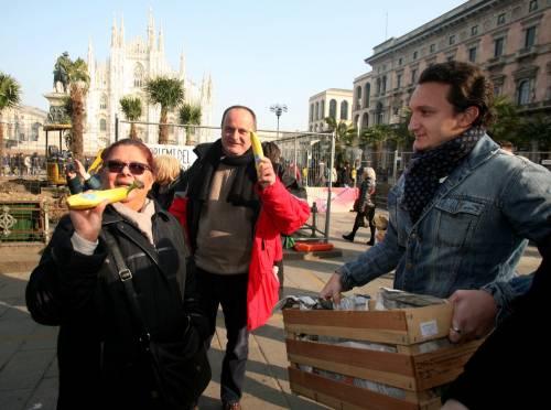 Piazza Duomo, la Lega distribuisce le banane 11