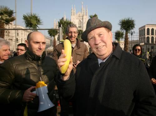 Piazza Duomo, la Lega distribuisce le banane 14