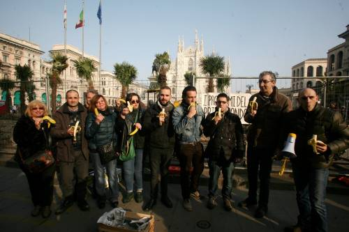 Piazza Duomo, la Lega distribuisce le banane 16