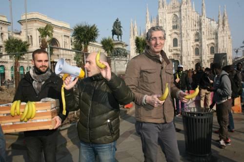 Piazza Duomo, la Lega distribuisce le banane 17