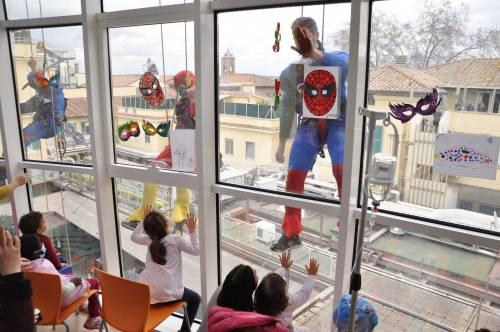 Supereroi acrobati arrivano dal cielo: il Carnevale dei pazienti del Bambino Gesù