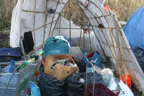 Le sponde del Tevere ospitano le baracche dei rom 2