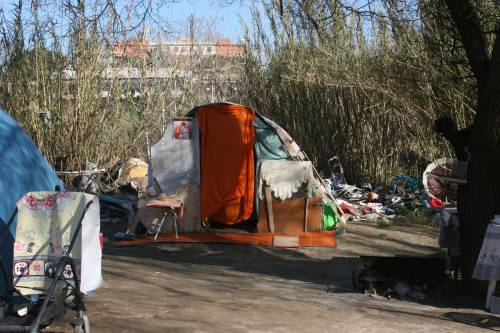 Le sponde del Tevere ospitano le baracche dei rom 3
