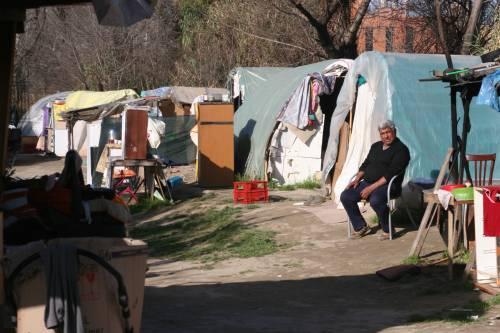 Le sponde del Tevere ospitano le baracche dei rom 6
