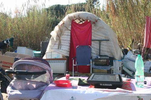 Le sponde del Tevere ospitano le baracche dei rom 7