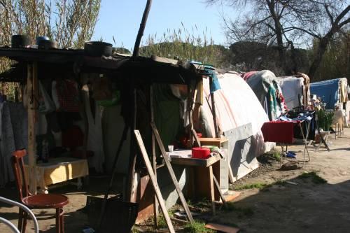 Le sponde del Tevere ospitano le baracche dei rom 9