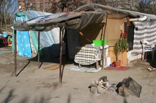 Le sponde del Tevere ospitano le baracche dei rom 11