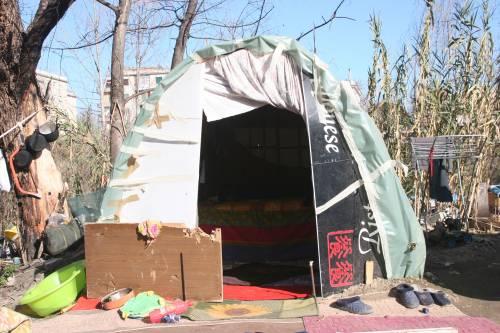 Le sponde del Tevere ospitano le baracche dei rom 12