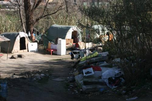 Le sponde del Tevere ospitano le baracche dei rom 15