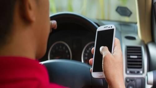Ecco come accelerare i tempi per punire chi guida e telefona