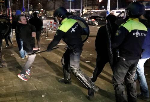 Amsterdam, scontri tra polizia e turchi 9
