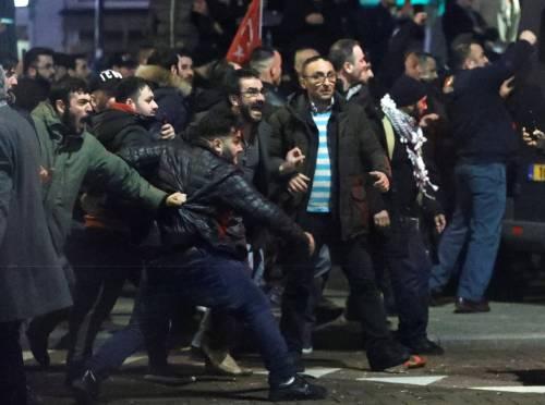 Amsterdam, scontri tra polizia e turchi 10