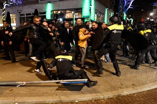 Amsterdam, scontri tra polizia e turchi 12