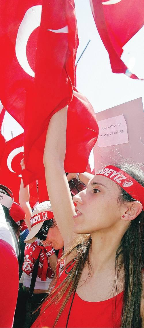 """Un milione di turchi gridano in piazza: """"Né golpe, né sharia"""""""