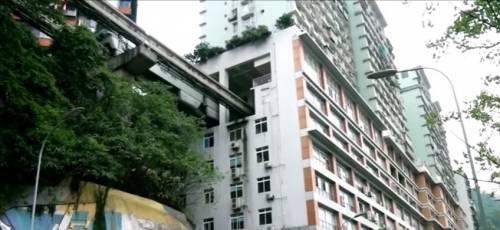Cina, il metrò dentro casa: il treno passa nel condominio