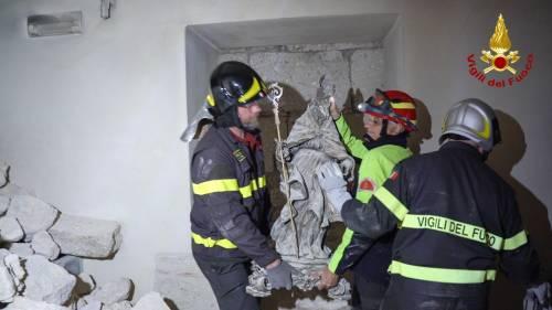 Norcia, la statua di San Benedetto estratta integra dalle macerie della basilica 2