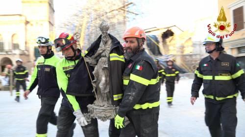 Norcia, la statua di San Benedetto estratta integra dalle macerie della basilica 7