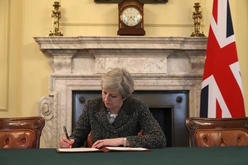 Brexit, la May firma la lettera E la Scozia vuole il referendum