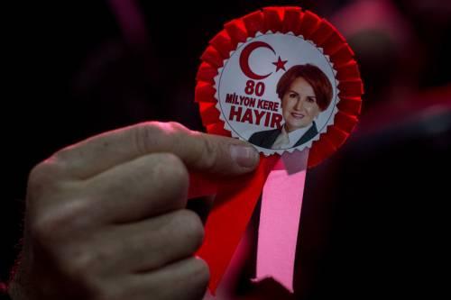 """Istanbul, comizio del """"no"""" in vista del referendum costituzionale 6"""
