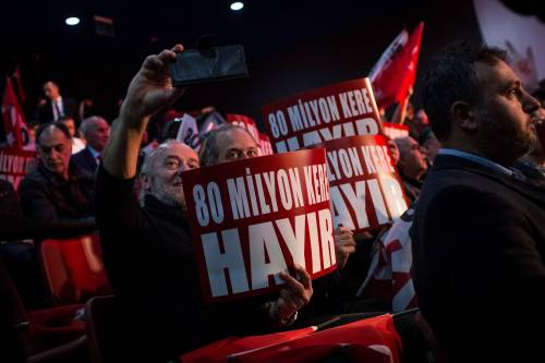 """Istanbul, comizio del """"no"""" in vista del referendum costituzionale 16"""