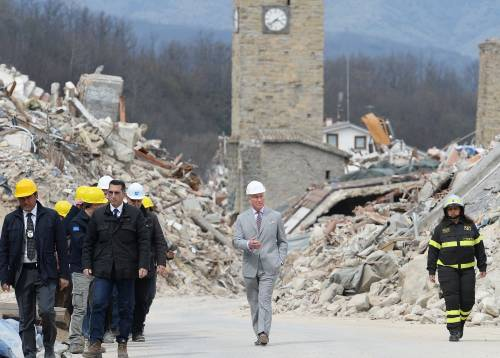 Terremoto, il principe Carlo in visita alla zona rossa di Amatrice
