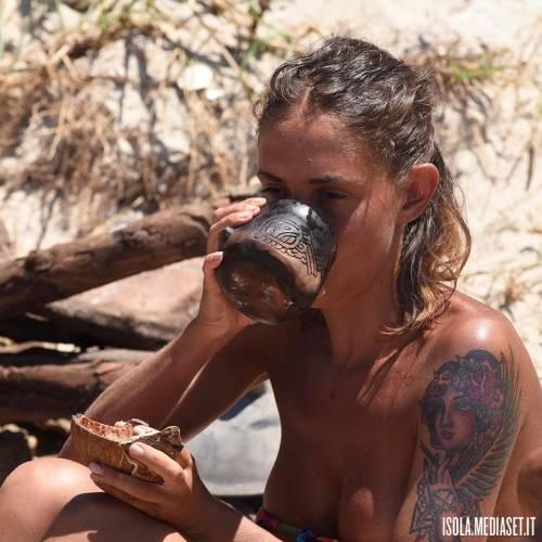 Isola 2017, naufraghi sexy in costume da bagno 8