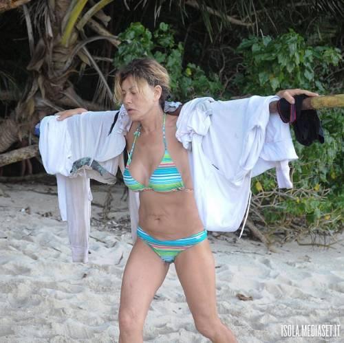 Isola 2017, naufraghi sexy in costume da bagno 18