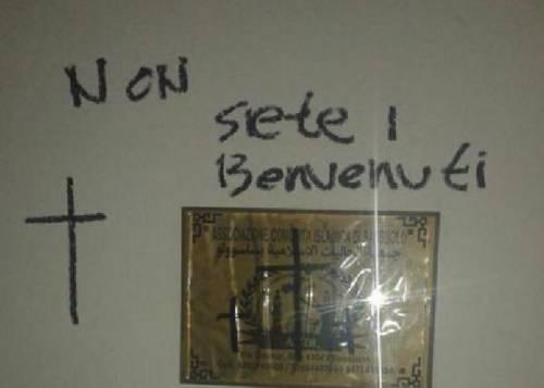 """Croci e scritte sulla moschea: """"Non siete i benvenuti in Italia"""""""