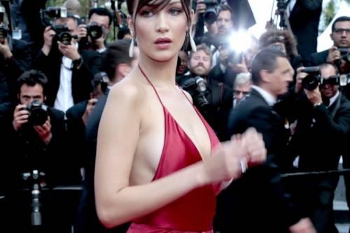 Bella Hadid sexy in bikini rosso 25
