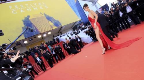 Bella Hadid sexy in bikini rosso 26