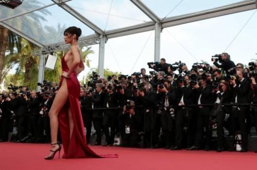 Bella Hadid sexy in bikini rosso 36