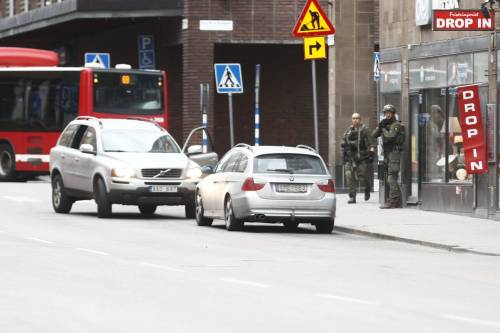 Camion sulla folla in centro a Stoccolma 9