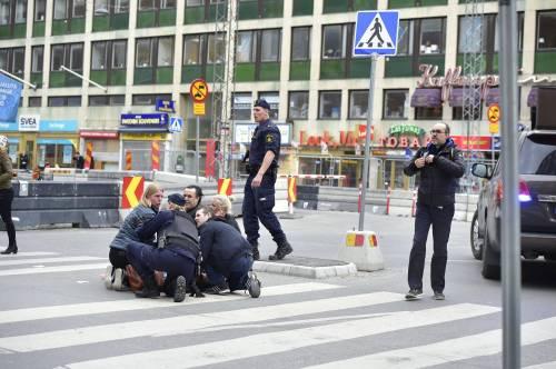 Camion sulla folla in centro a Stoccolma 13