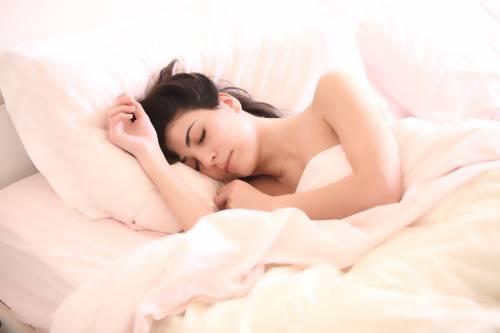 Dormire nudi fa bene: lo dice la scienza