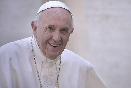 """Roma, Bergoglio apre la """"Lavanderia del Papa"""" per i clochard"""