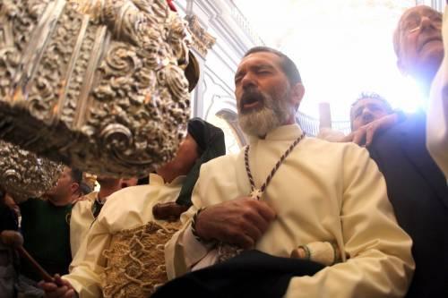 Antonio Banderas alla processione dopo l'infarto 3