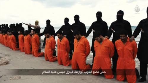 Trovati i corpi dei 21 cristiani copti. L'Isis li aveva sepolti con i polsi ancora legati