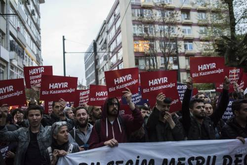Contestazioni dopo il voto al referendum in Turchia