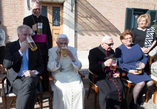 Benedetto XVI festeggia 91 anni. E (forse) scrive un libro con Francesco