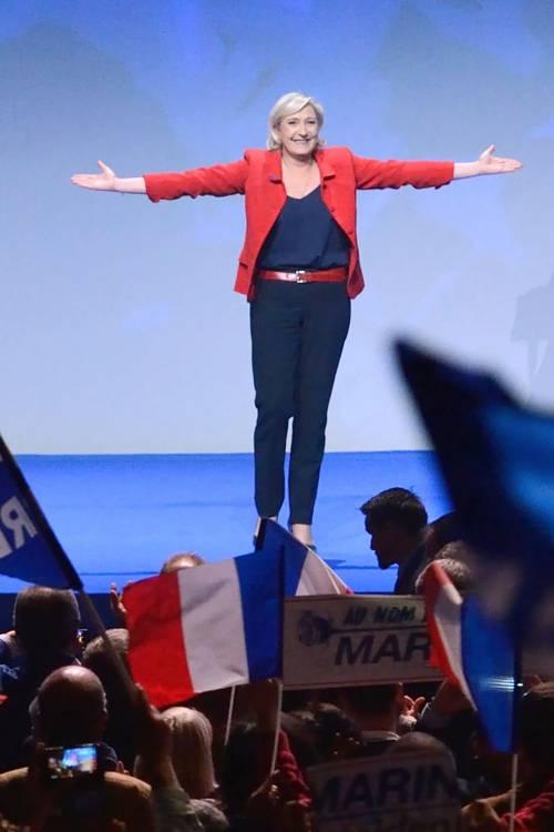 """Marine Le Pen a TF1: """"Via la bandiera dell'Ue dallo studio"""" 10"""