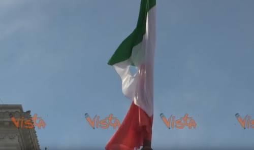 Quella bandiera bucata sull'Altare della Patria