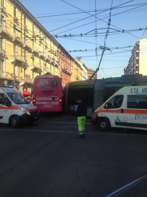 Milano, pullman si scontra con un tram 3