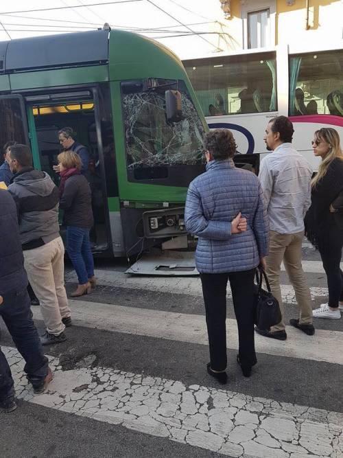 Milano, pullman si scontra con un tram 5