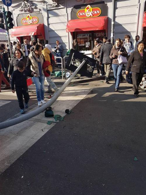 Milano, pullman si scontra con un tram 4