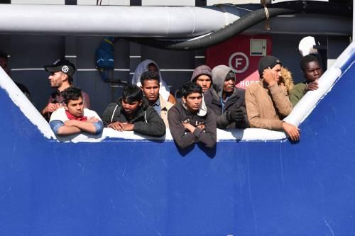 """""""Così gli scafisti lasciano profughi in acque libiche"""""""