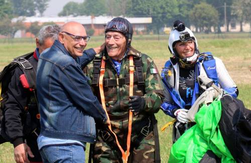 Il parà 96enne, Giuseppe Degrada, si lancia col paracadute 2